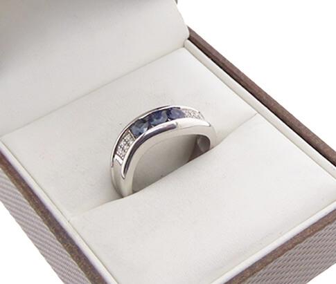 Wit gouden ring met diamant en saffier