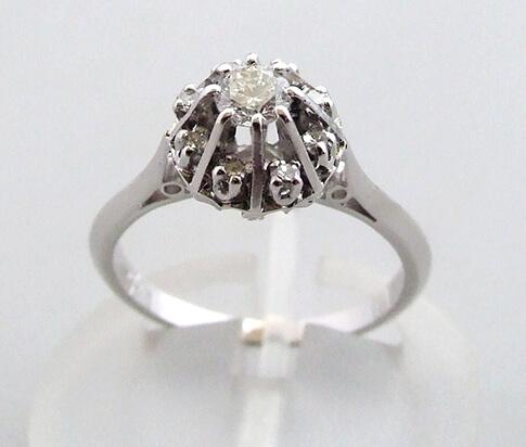 Wit gouden rozetring met diamanten