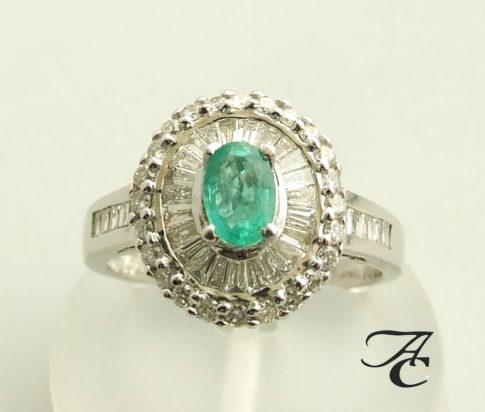 Wit gouden ring met diamant en smaragd