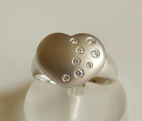 Wit gouden harten ring met diamanten