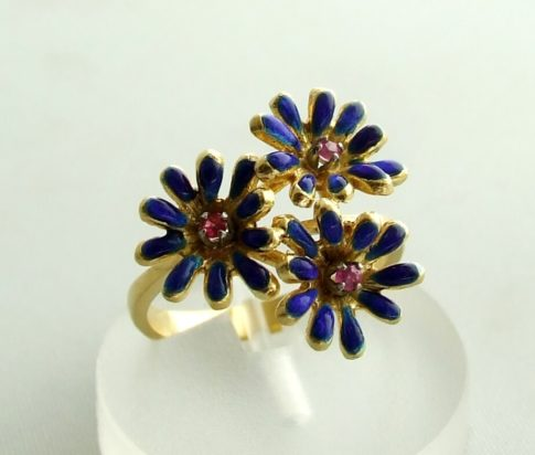 Gouden ring met robijn en emaille