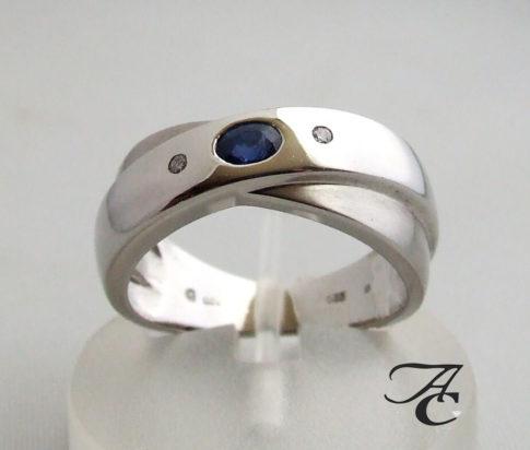Wit gouden ring met saffier en twee diamanten