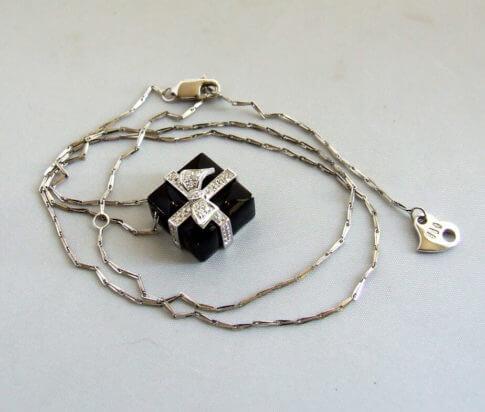 Gouden collier met onyx hanger en diamant