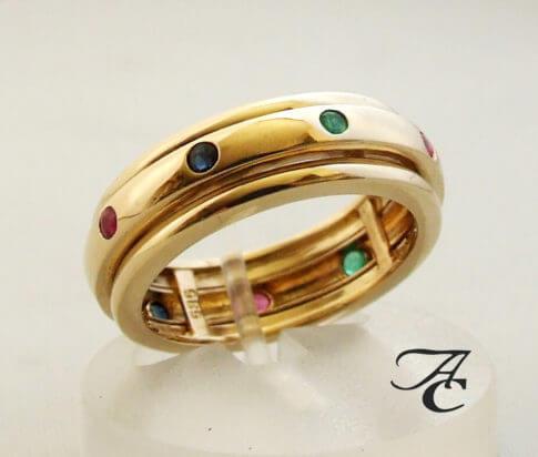 Gouden ring met saffier robijn en smaragd