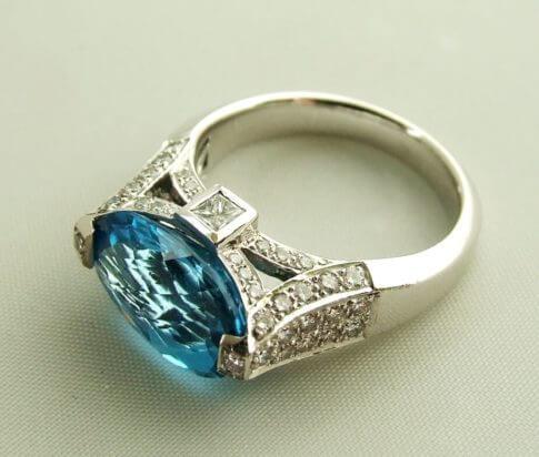 18 karaat gouden ring met topaas en diamant