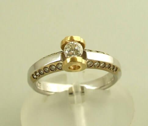Bicolor Christian gouden ring met briljant