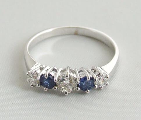 Wit gouden ring met saffieren en briljanten