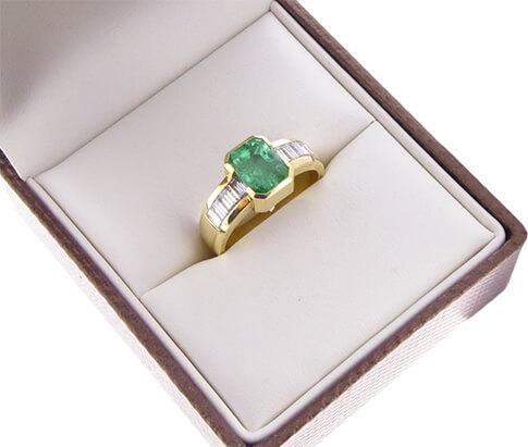 18 karaat gouden ring met smaragd en diamanten
