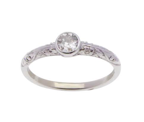 Wit gouden diamant ring met versierde ringband