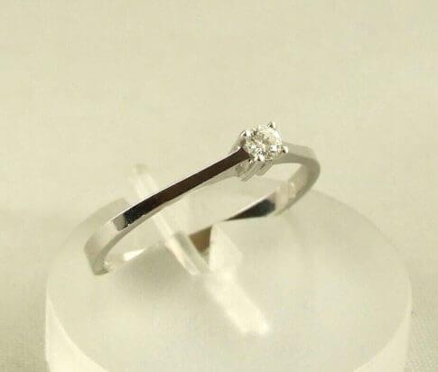 Wit gouden ring met briljant