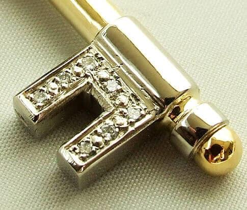 Gouden diamanten hanger sleutel