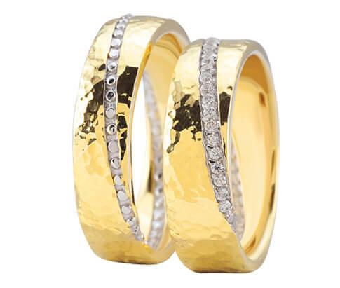 Geel gouden trouwringen diamanten diagonaal