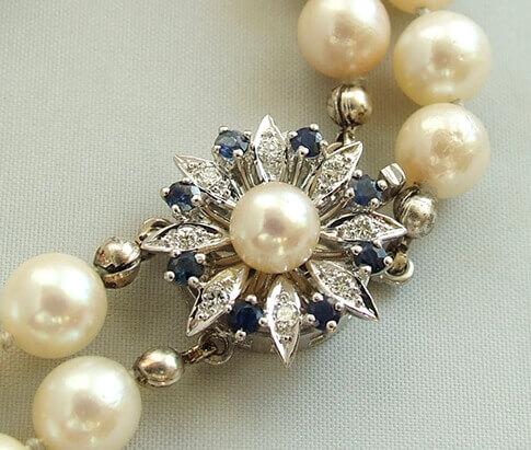 Parel collier met saffier en diamanten slot