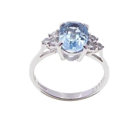 Wit gouden aquamarijn ring met diamanten