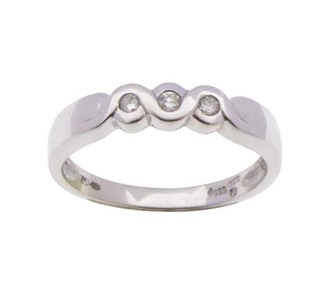 Wit gouden ring met 3 briljanten